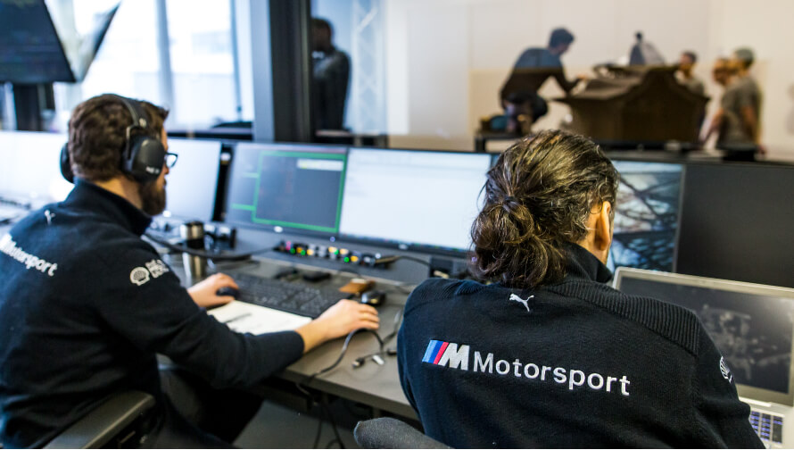 BMW Motorsport Ingenieure beim Simulator.