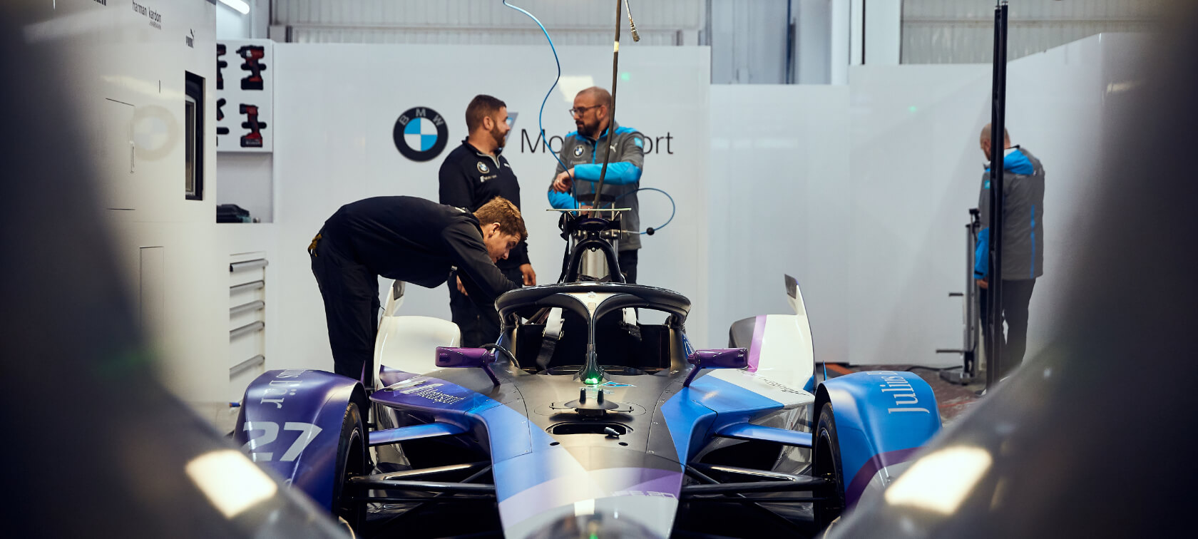Das BMW i Andretti Motorsport Team in der Garage